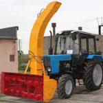 Трактор с снегоочистителем