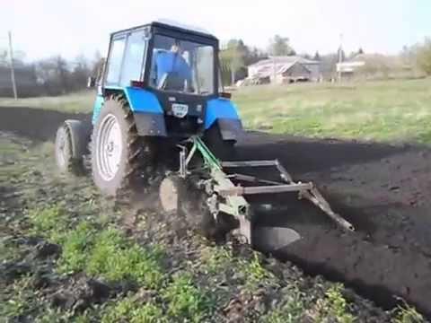 Трактор с плугом